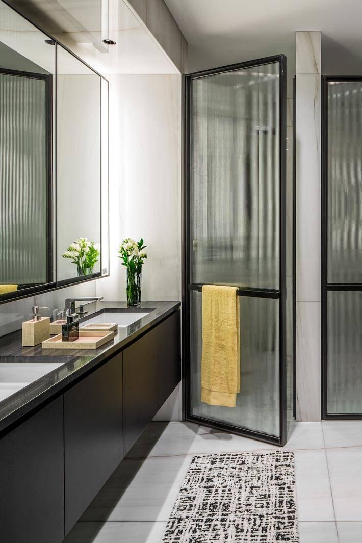 темная мебель и белые стены в дизайне ванной комнаты фото