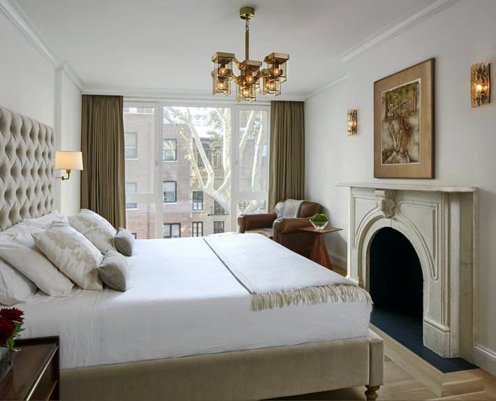 интерьер спальни в белых и коричневых цветах с панорамным окном