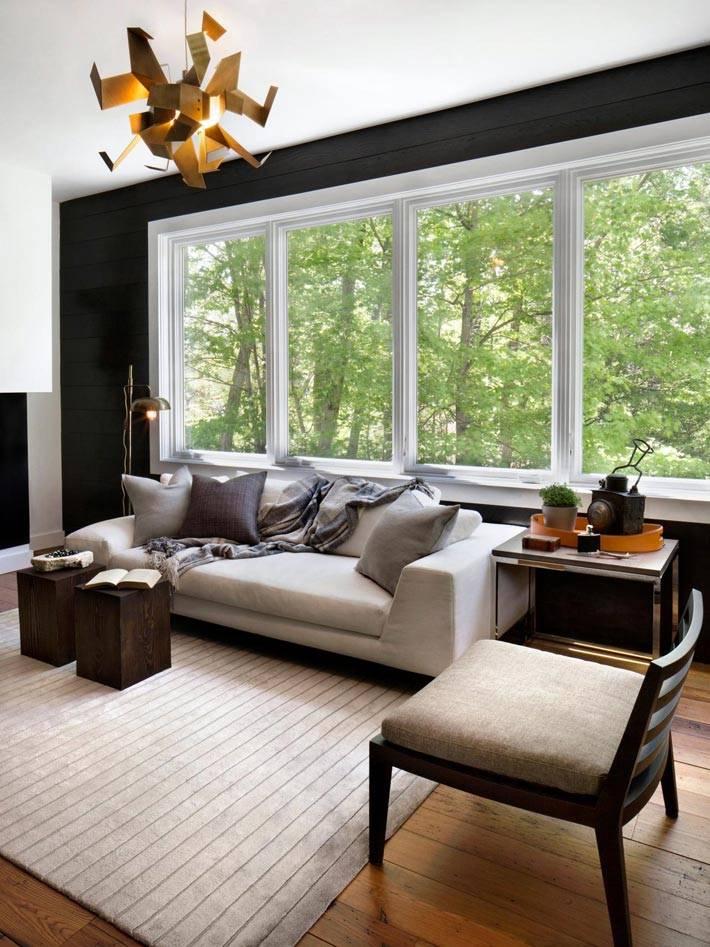 гостиная комната с черной стеной и светлой мягкой мебелью фото