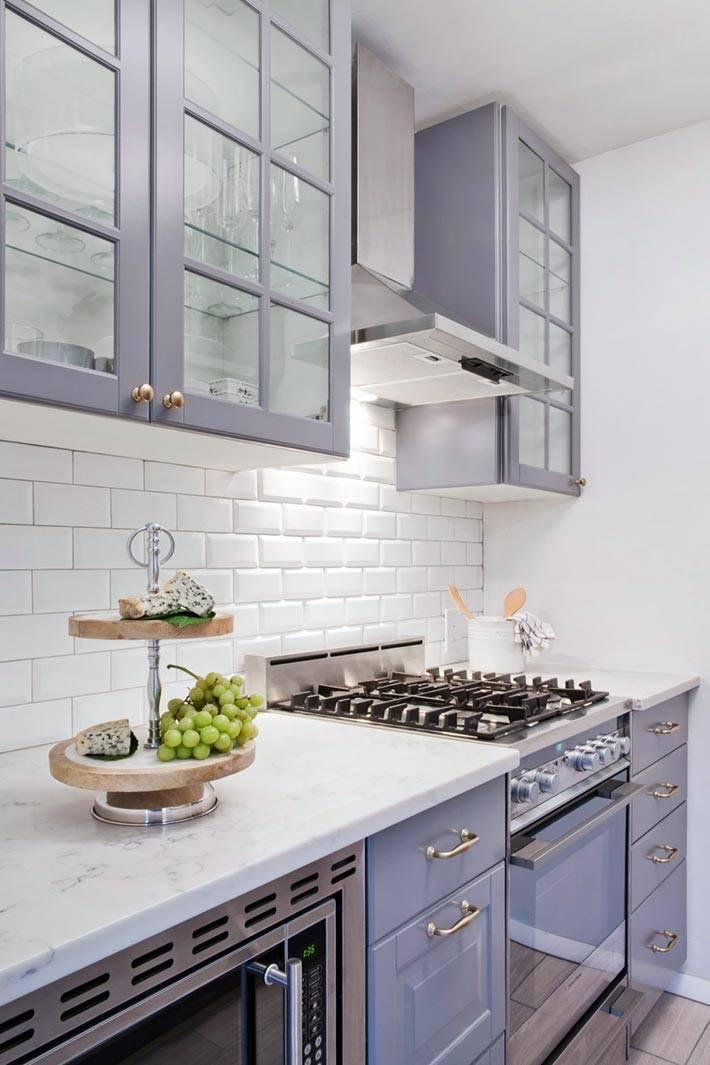 кухонный гарнитурсо стеклянными верхними шкафчиками
