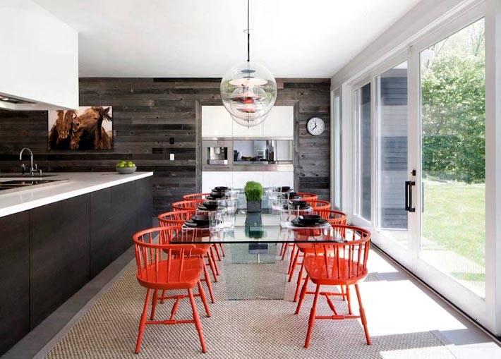 стеклянный стол и деревянная стена в интерьере кухни фото