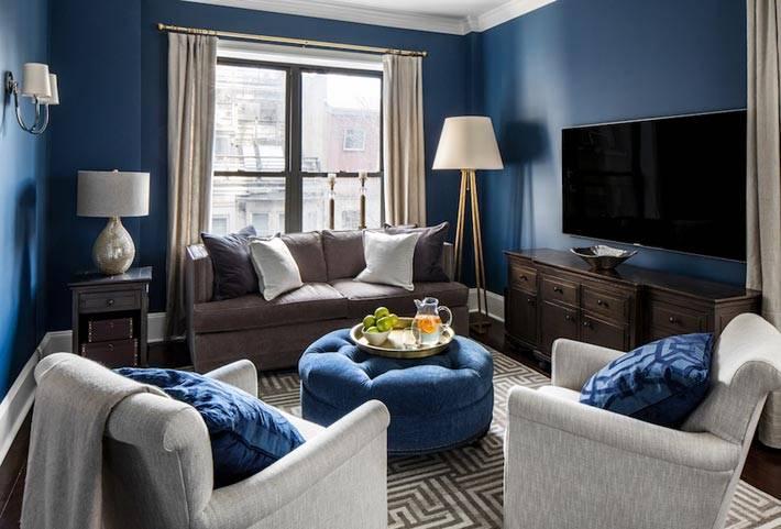 уютный интерьер гостиной с синими стенами фото