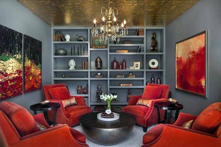 красные кресла и круглый журнальный стол в гостиной фото