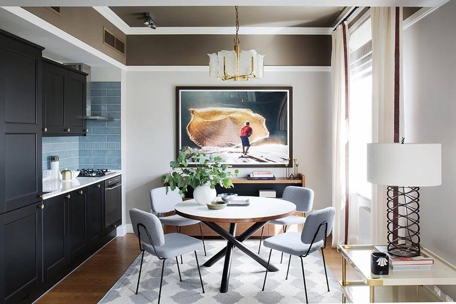 Интерьер кухни с черной мебелью и круглым столом фото