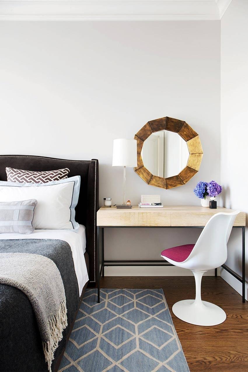 кровать с изголовьем из бархата и столик для косметики в спальне