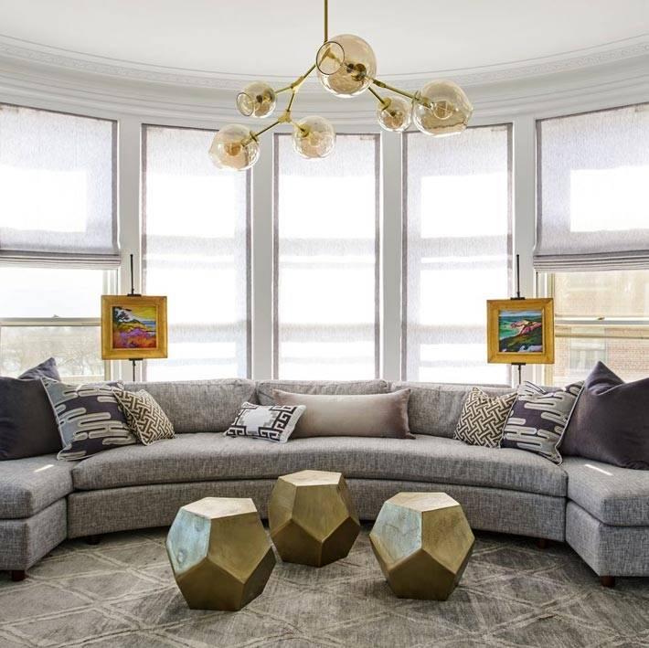 серый диван возле панорамных окон фото