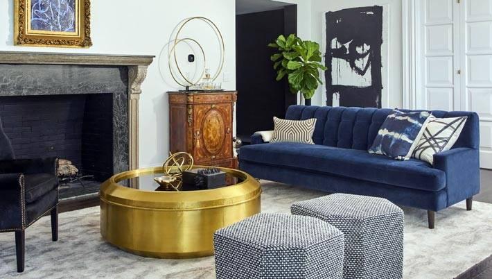 круглый журнальный стол золотистого цвета в интерьере гостиной