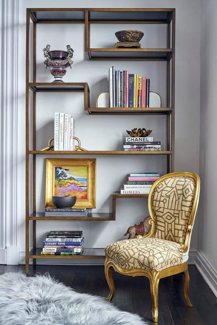 необычная этажерка из латуни с книгами и декором