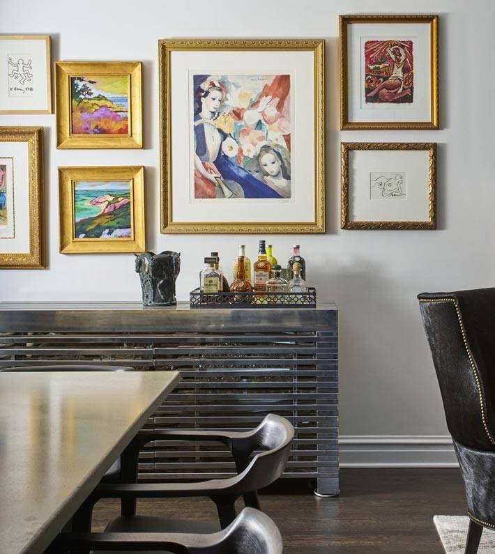 композиция из картин в золотых рамах на стене фото