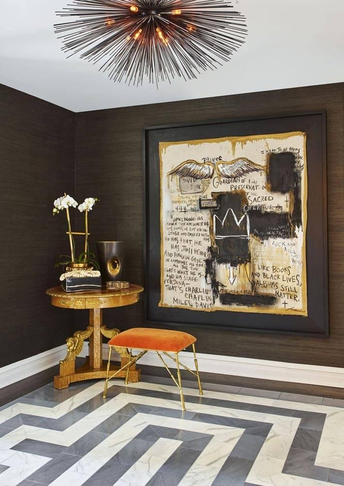 темно-коричневые стены и мраморный пол в прихожей фото