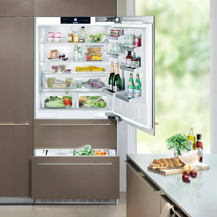 холодильник, встроенный в серый кухонный гарнитур