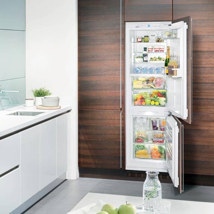 встраиваемый холодьник и морозильная камера на коричневой кухне