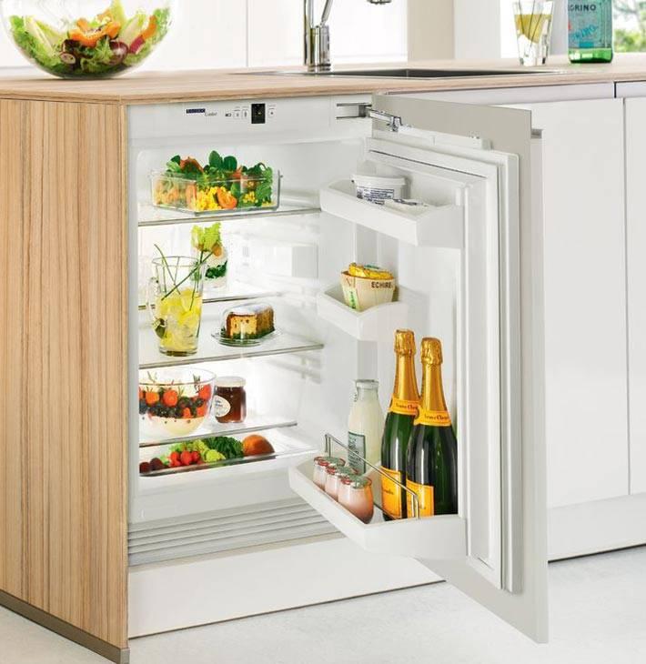встроенный холодильник под столешницу на маленькой кухне
