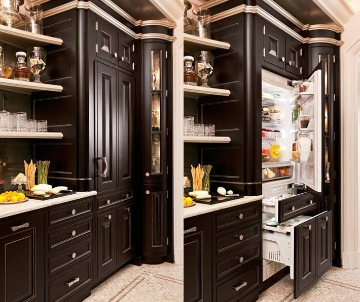 большой холодильник, спрятанный под фасадом кухонной мебели