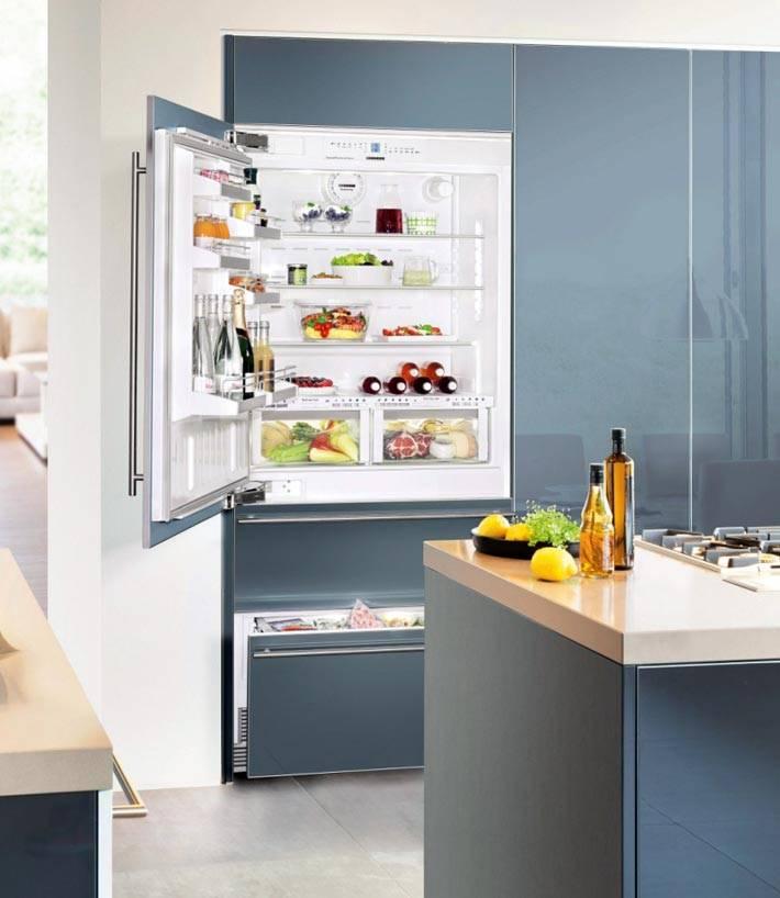 Глянцевая кухня со встроенным холодильником