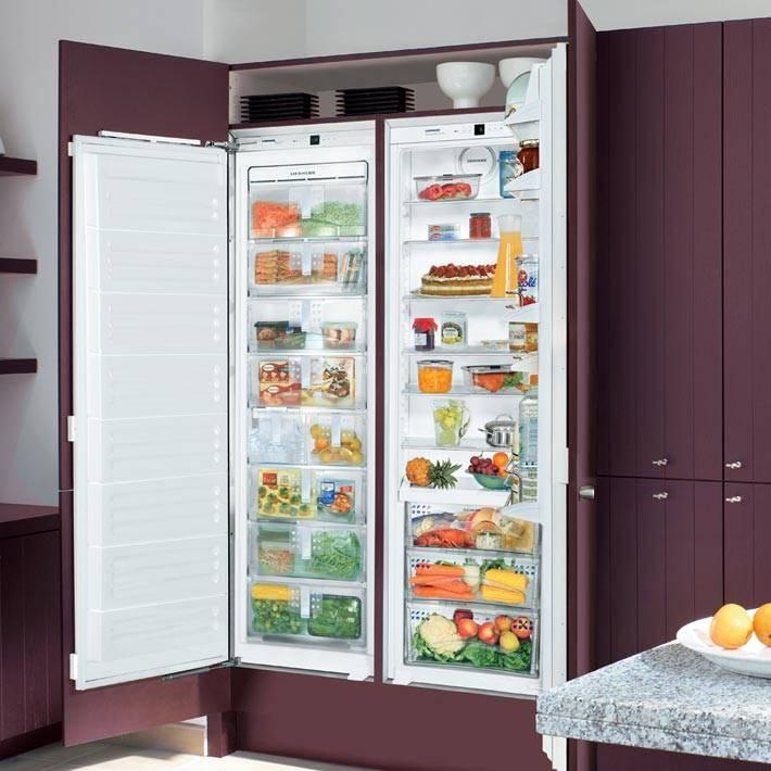 Двойной холодильник, встроенный в кухонный гарнитур