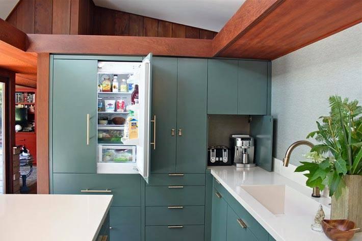 дизайн кухни со спрятанным холодильником фото
