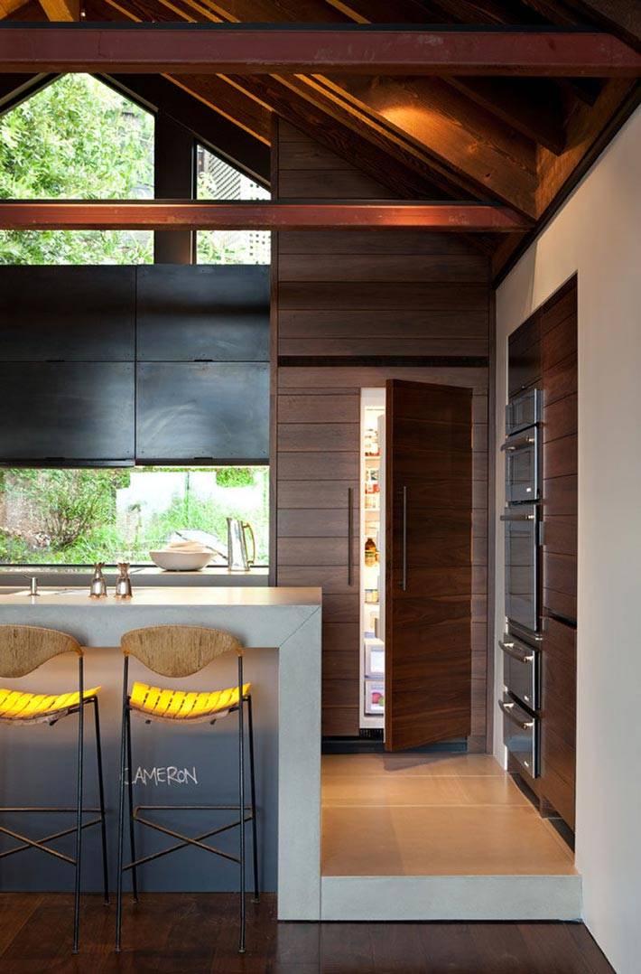 двукамерный холодиник, встроенный в деревянную мебель