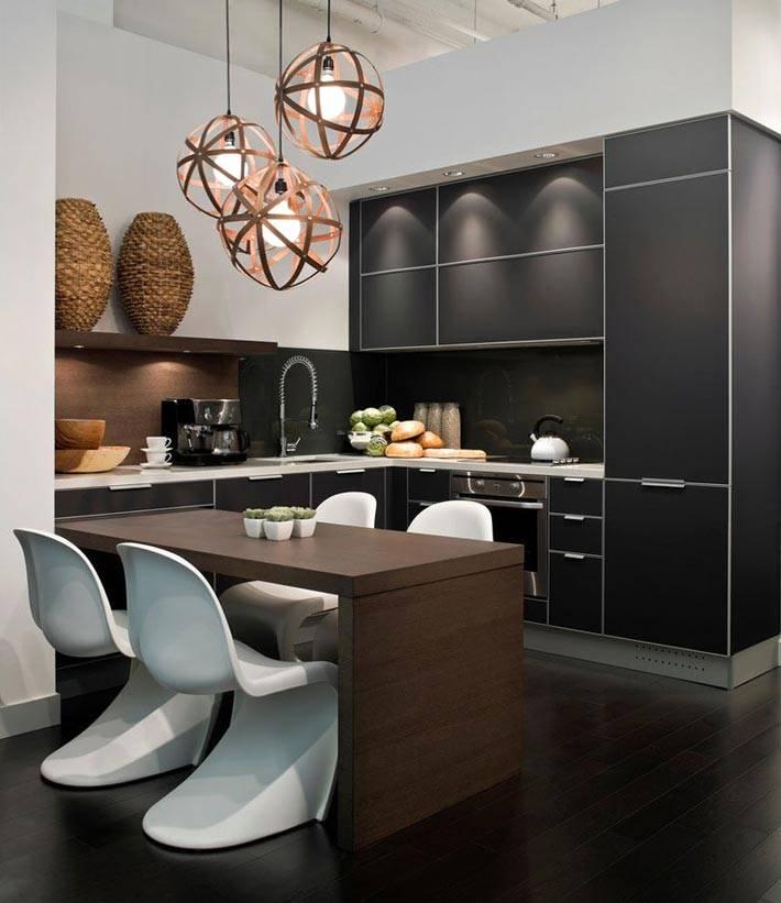 черная кухонная мебель скрывает холодильник