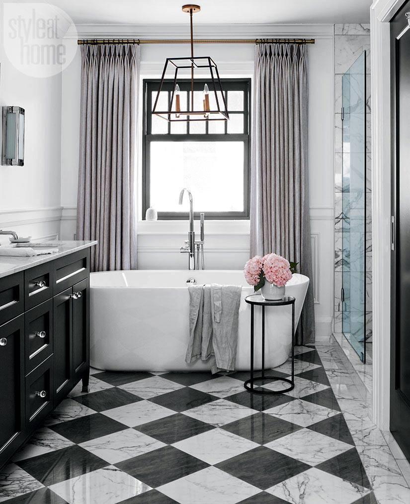 красивый интерьер ванной комнаты с окном фото