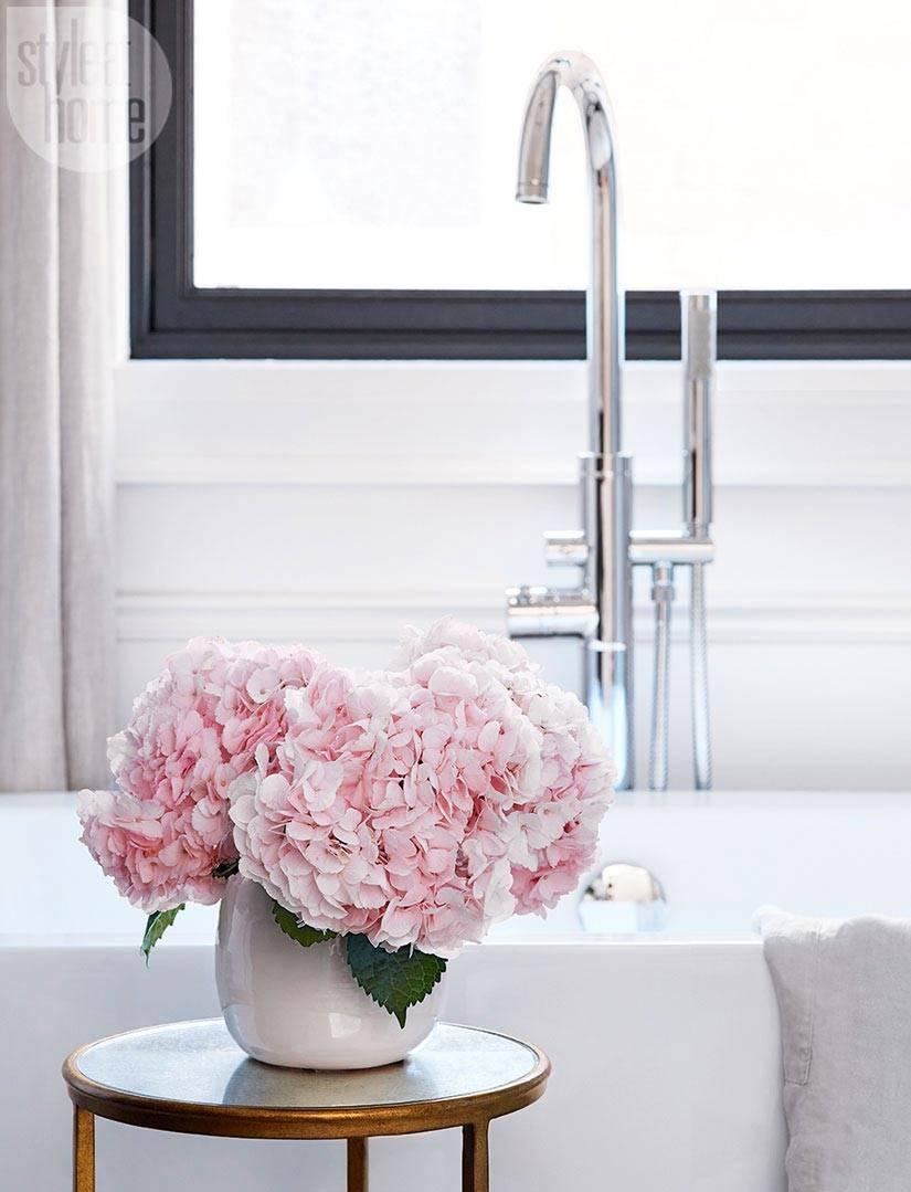 живые цветы в украшении ваннной комнаты