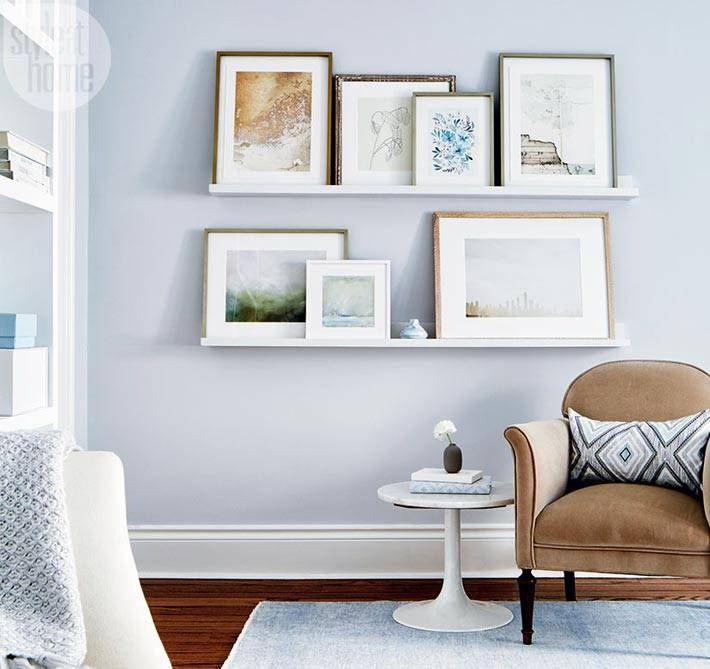 две узкие полки для картин на стене в интерьере спальни