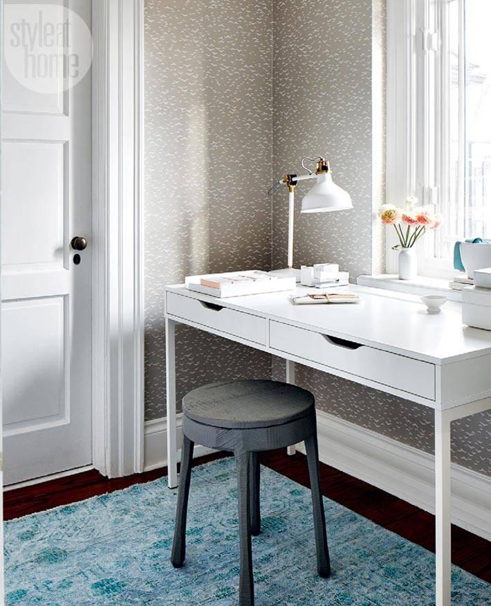 белый рабочий стол возле окна в интерьере спальни