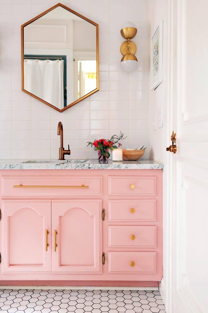 розовый цвет тумбы в интерьере ванной комнаты