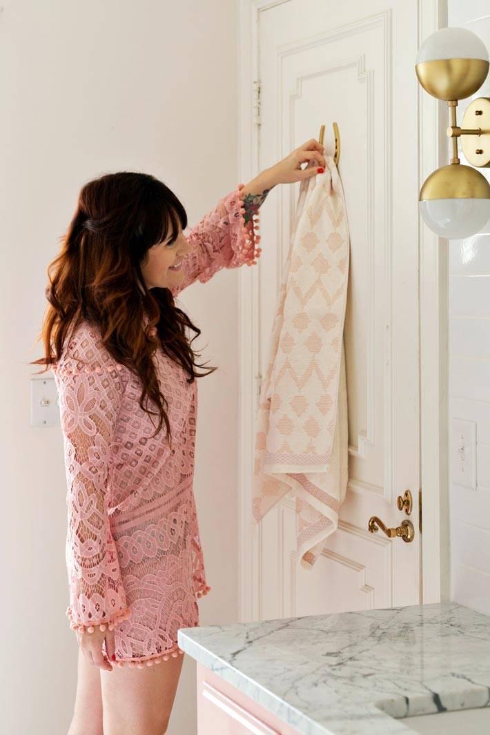 немного розового цвета в дизайне ванной комнаты фото