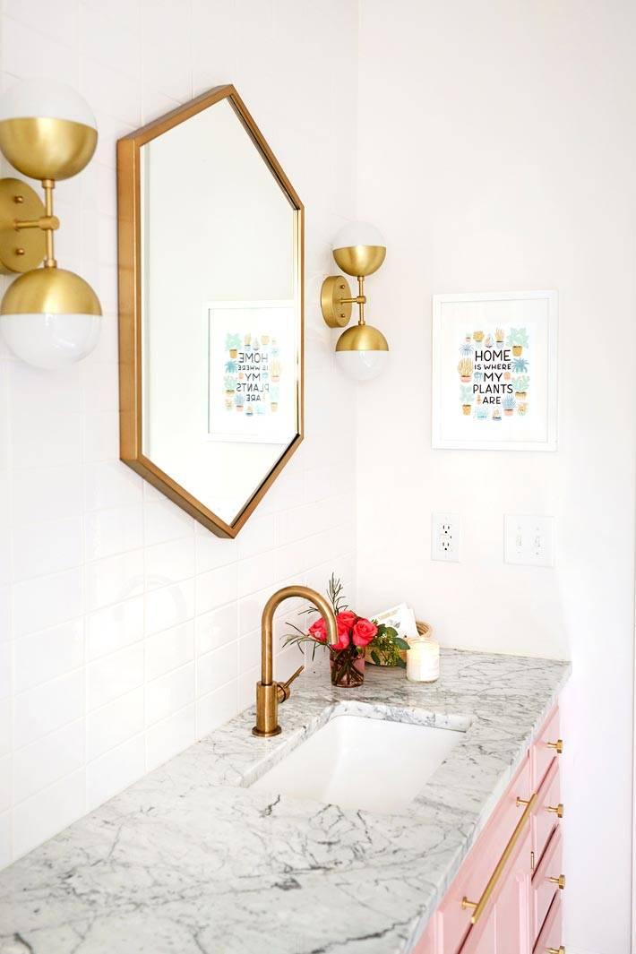 латунные элементы декора на зеркале в ванной комнате