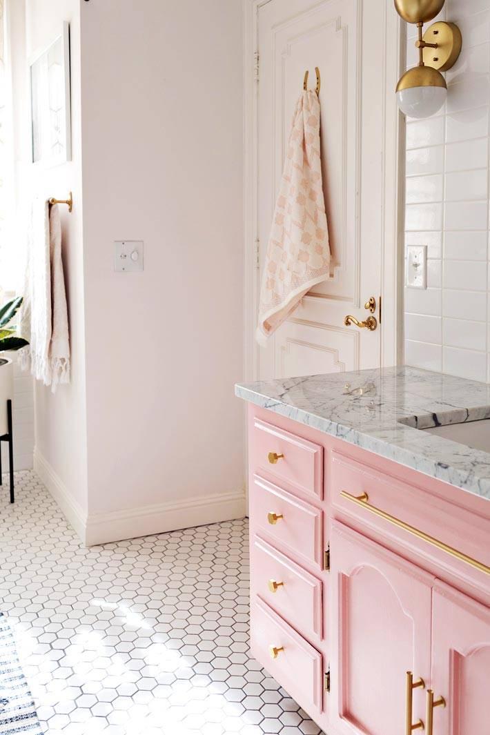 пол в ванной облицован плиткой в форме сот