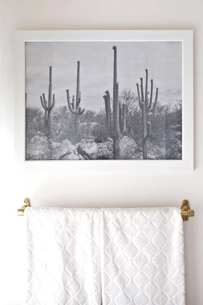 черно-белая картина на стене ванной комнаты фото