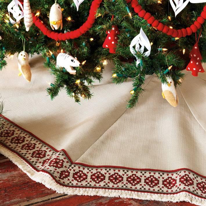 белый коврик под елку с орнаментом  фото