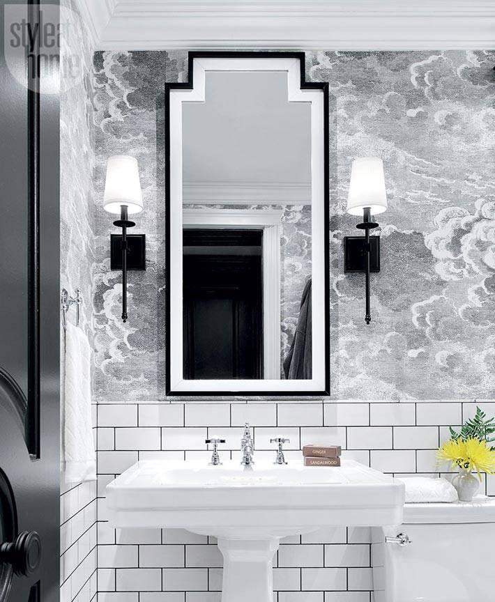 зеркало в черной раме в ванной комнате и черные светильники