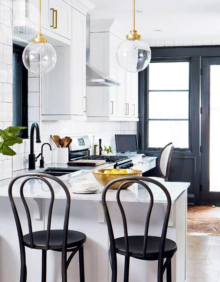 Красивая черно-белая кухня с рабочим уголком фото