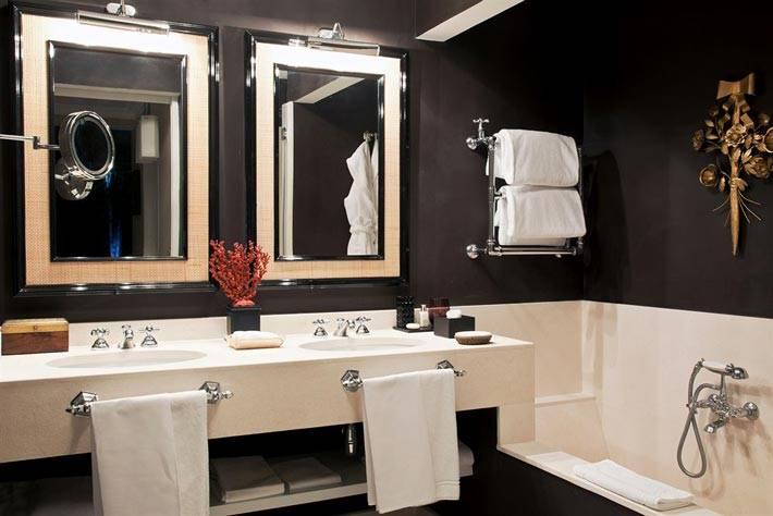 два зеркала в ванной с темными стенами фото