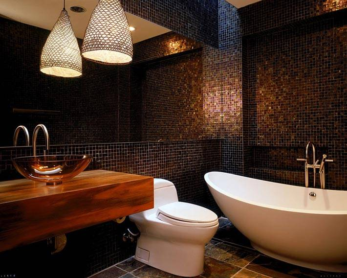 темная плитка-мозаика в интерьере ванной комнаты фото
