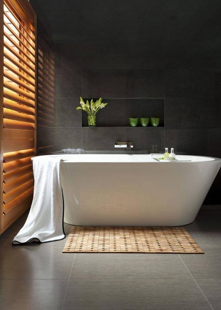 темно0серая плитка на стенах ванной комнаты с окном