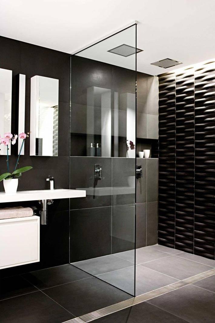 Стеклянная перегородка в ванной с черной плиткой фото