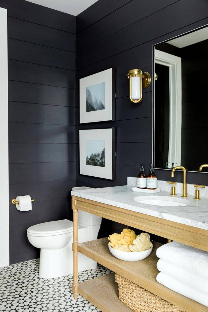 Доски темного цвета на стенах ванной комнаты картинка