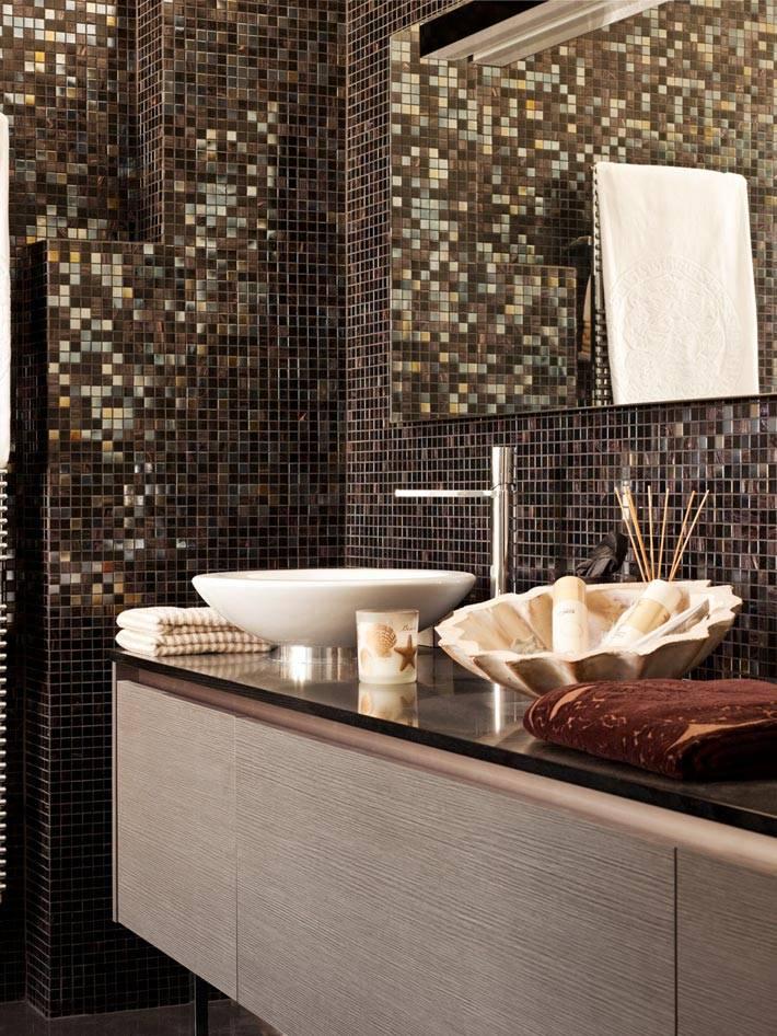 мелкая коричневая плитка в дизайне ванной комнаты