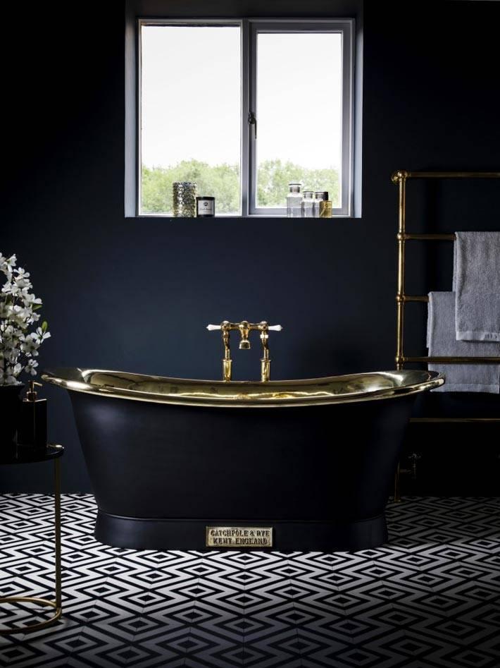 дорогая отдельностоящая ванная черного цвета