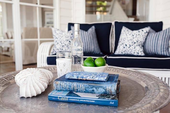 сине-белая обстановка в дизайне гостиной комнаты фото