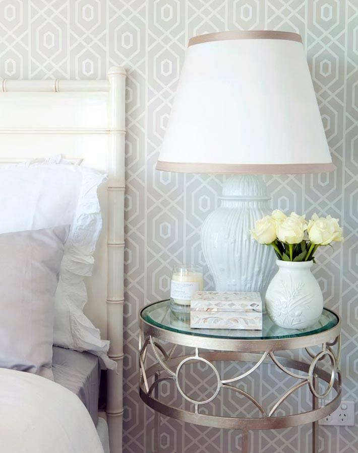 круглый стеклянный столик у кровати в спальне фото
