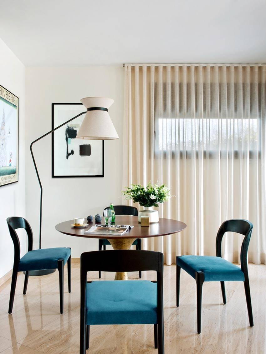 Уютный обеденный уголок с торшером и синими стульями