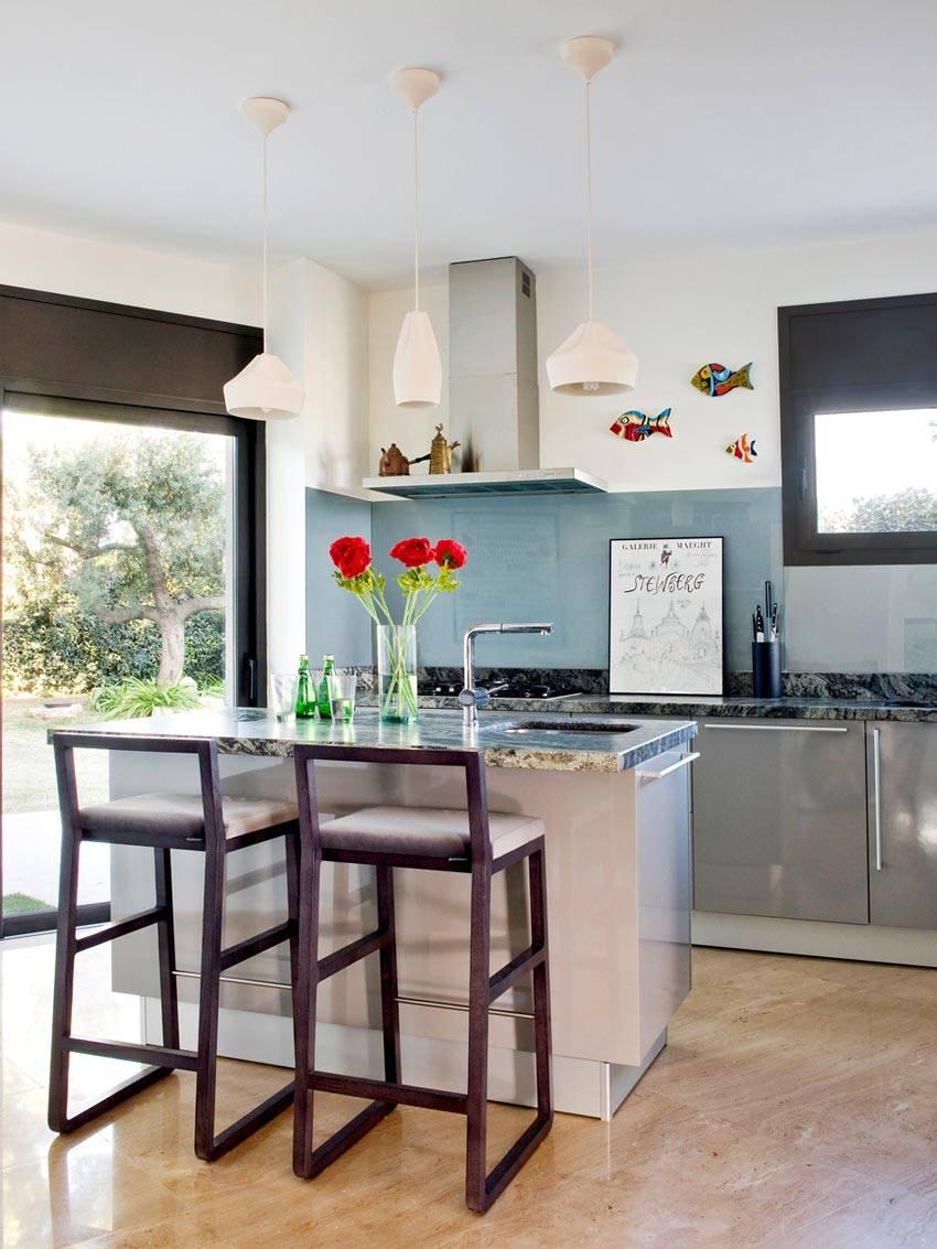 серый интерьер кухни с яркими элементами декора