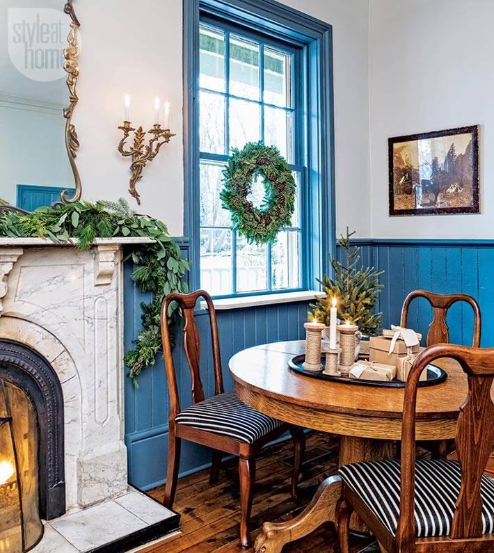 синие панели и синее окно в интерьере гостиницы