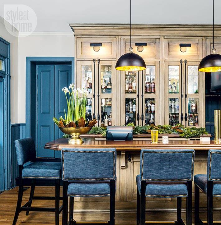 синие стулья возле барной стойки в отеле фото