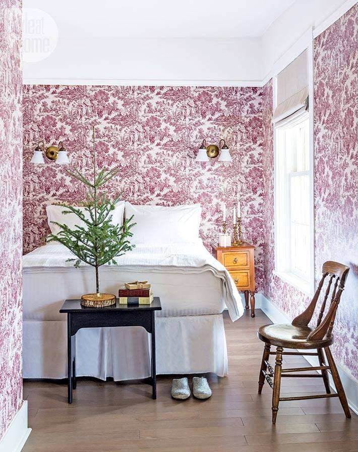 маленькая новогодняя елочка в спальне с розовыми обоями