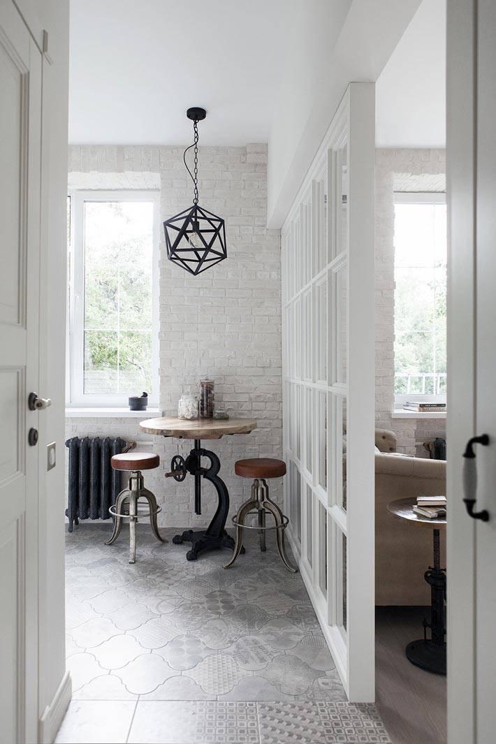 стеклянная перегородка между кухней и гостиной комнатой фото